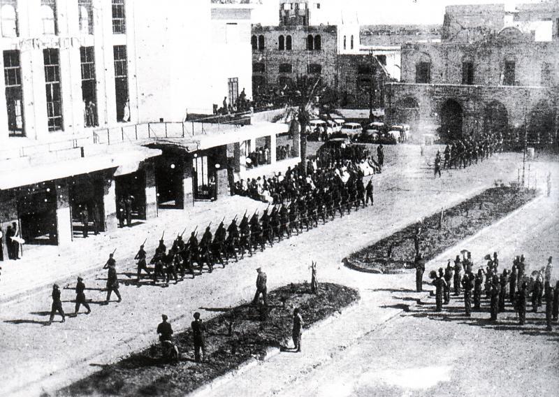 Défilé de la victoire de l'armée britannique, comprenant les soldats juifs de Palestine, dans les rues de Benghazi, en Libye