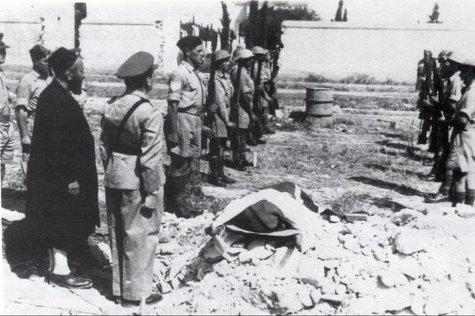 Les funérailles d'un soldat juif de Palestine mandataire à Benghazi, en présence du rabbin local