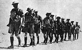 חיילים בריטים צועדים בסך, צפון אפריקה במלחמת העולם השנייה