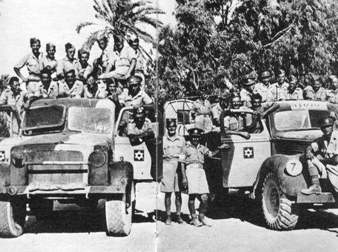 """חיילים ארצישראליים בלוב, ליד רכביהם, המוטבע על דלתותיהם ה""""מגן דוד"""""""
