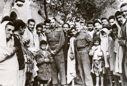 """חיילים ארצישראליים בביקור ב""""חארה"""" (הרובע היהודי) בטריפולי"""