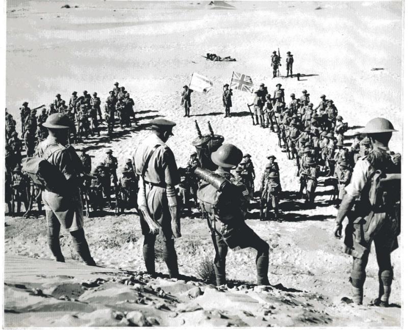 חיילי פלוגת מכבי מתפללים לפני צאתם לקרב מול האויב הנאצי