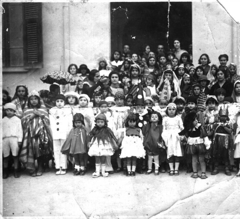 ילדים מציגים דמויות מהמגילה במסגרת משחק-פורים (פורים-שפיל) בבית הספר העברי בבנגזי, לוב 1943