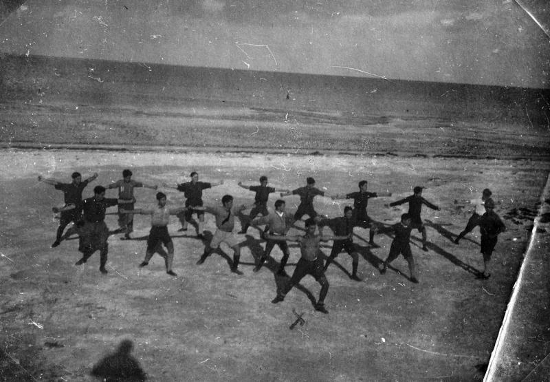 Membres du mouvement de jeunesse Betar lors d'un cours de gymnastique sur la plage, Afrique du Nord, années 1940
