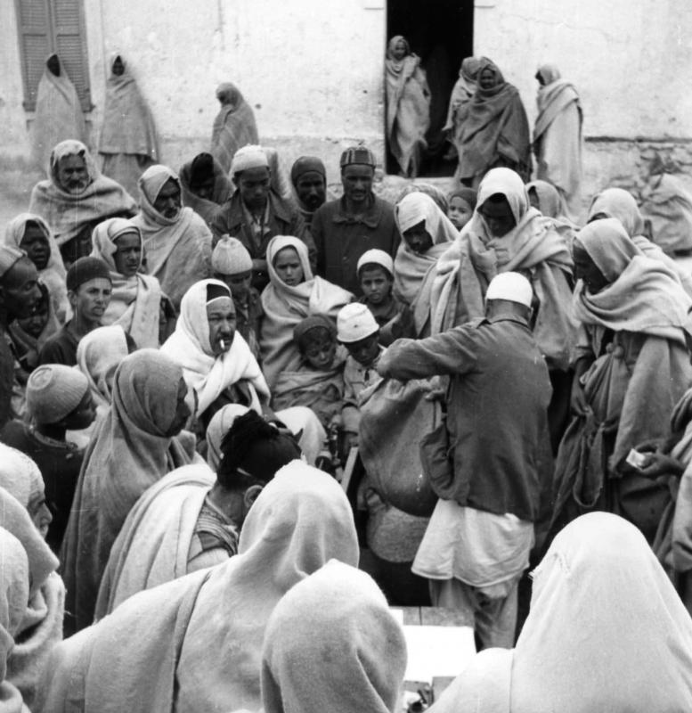 Transaction de vente sur le marché de Gharian. Communauté des Juifs des montagnes (Juifs troglodytes) à Gharian, Libye