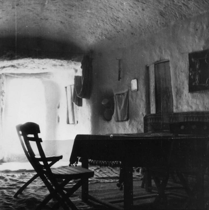 Vue intérieure d'une caverne d'habitation d'un Juif troglodyte de la communauté juive de Gharian, Libye, 1947