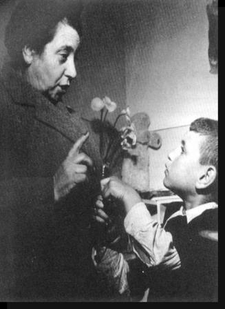 עורכת הדין הלן קזאס-בן-עטר בביקור במעון ילדים, קזבלנקה, מרוקו, 1950.