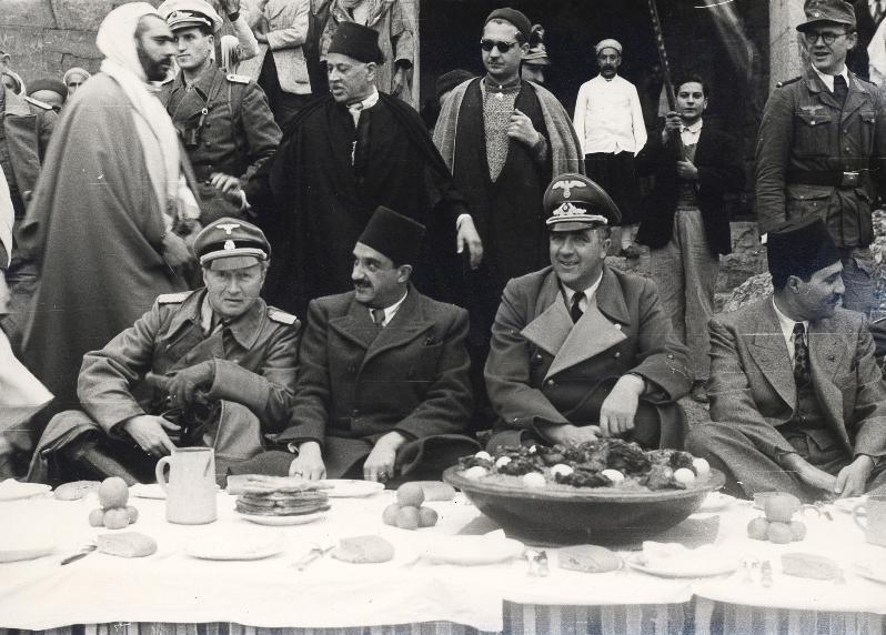 Une réception en l'honneur de Rudolf Rahn et Walter Rauff dans un marché à Tunis