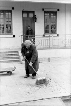 Travailleur forcé juif balayant les rues de Tunis.