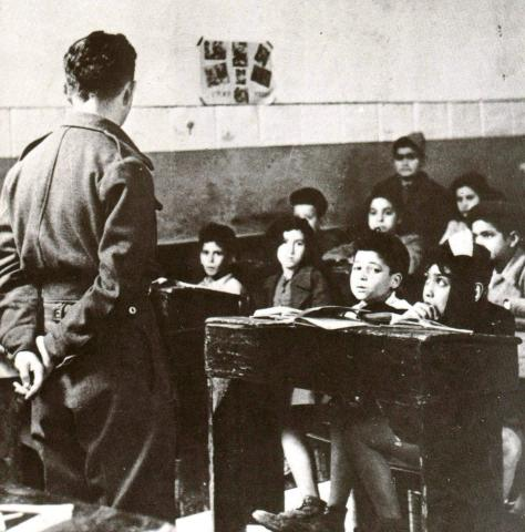 "<a href=""/he/2944"">מורה ארצישראלי מלמד בכיתה של בית-הספר העברי בנגאזי</a>"