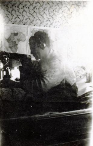 "<a href=""/he/2893"">גד שחר רוכן במקום מחבוא על מקלט רדיו שהרכיב ומאזין לשידורי BBC בניגוד לחוקי הממשל הגרמני, תוניס 1942</a>"
