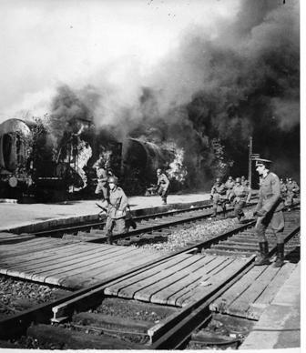 """<a href=""""/he/2929"""">כניסת הצבא הגרמני לתוניס, נובמבר 1942. אוסף דניס ארפי, מכון בן-צבי.</a>"""