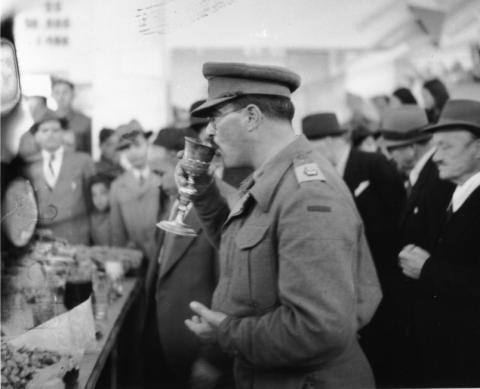 "<a href=""/he/2956"">קידוש ראשון בבית הכנסת בתוניס לאחר השיחרור בידי בעלות הברית</a>"